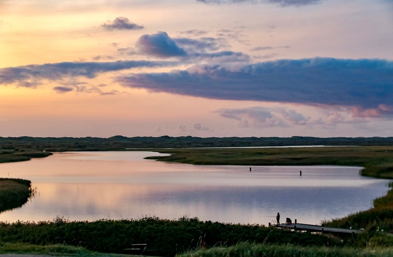 Avondlicht - Opname gemaakt na zonsondergang.Blik over de Ringkøbing<br /> Fjord in het Westen van Jutland in Denemarken.Deze fjord,eigenlijk een lag