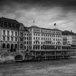 Donkere luchten boven Basel