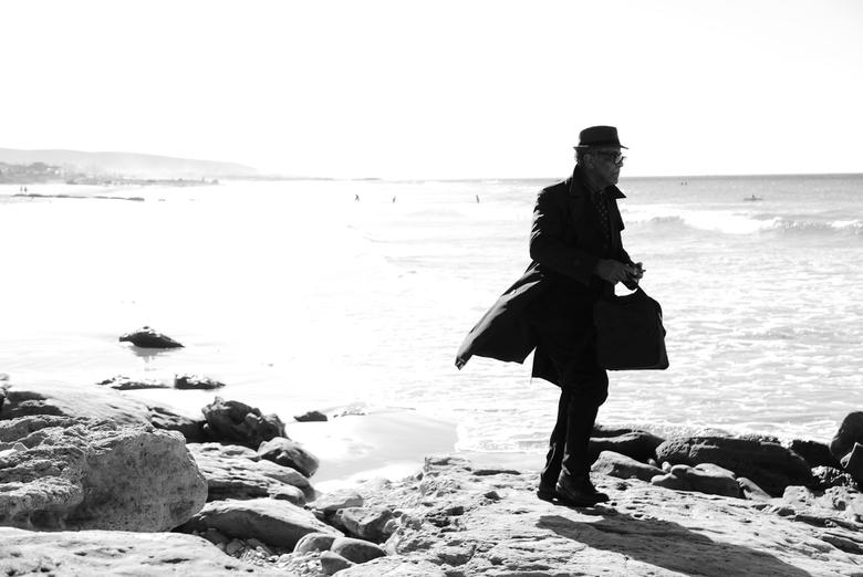 """Voorbijganger - Taghazout - Meneer passeert mijn lens en wordt vastgelegd <img  src=""""/images/smileys/wilt.png""""/>. Genomen aan het strand van Taghazout"""