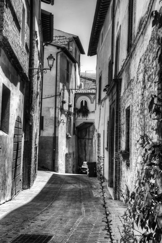 Italië 89 - Een straatje in Montefalco, Italië. HDR van 3 opnames, omgezet in zwartwit en nabewerkt met NIK-filter.