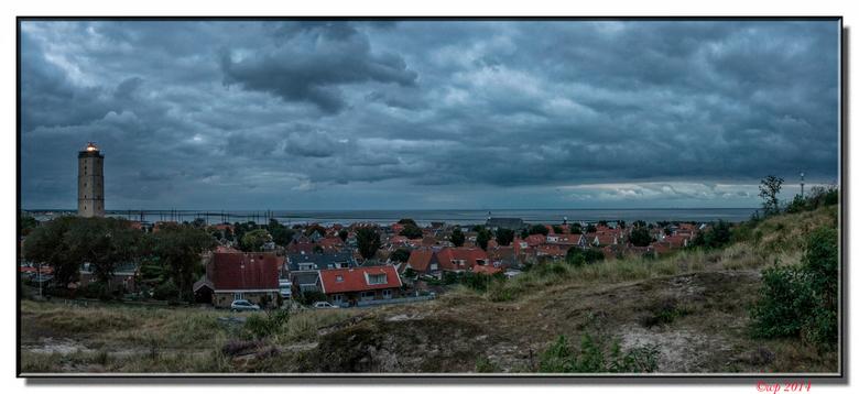 panorama avondlijk West met Brandaris - Het was niet het beste weer op Terschelling dit weekeinde, maar om foto's te maken met fraaie wolkenlucht