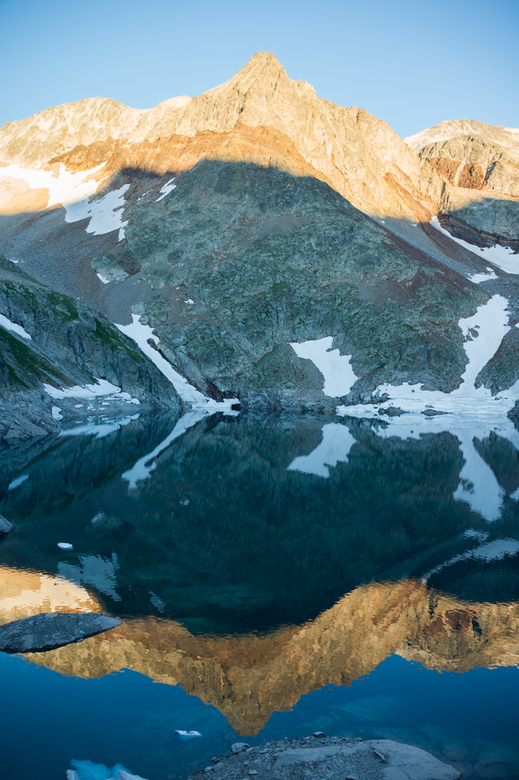 Spiegeltje Spiegeltje Avondzon - Weerspiegeling van de bergen rondom het Lac du Portillon. Helaas zijn de toppen net iets overbelicht, al geeft het oo