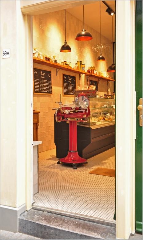 een open deur . . . -  . . in een snelle flits tussen de mensenmassa door . . zag ik een bekende nostalgische vleessnijmachine staan.<br /> <br /> D