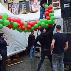 Vijf man en wat ballonnetjes.