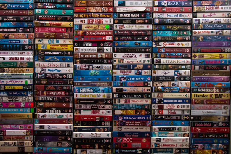 video tapes - ik deze stapel video banden tegen op een markt Norwich Market , in Norwich in Engeland.<br /> de videos waren opgestapeld tot het dak v