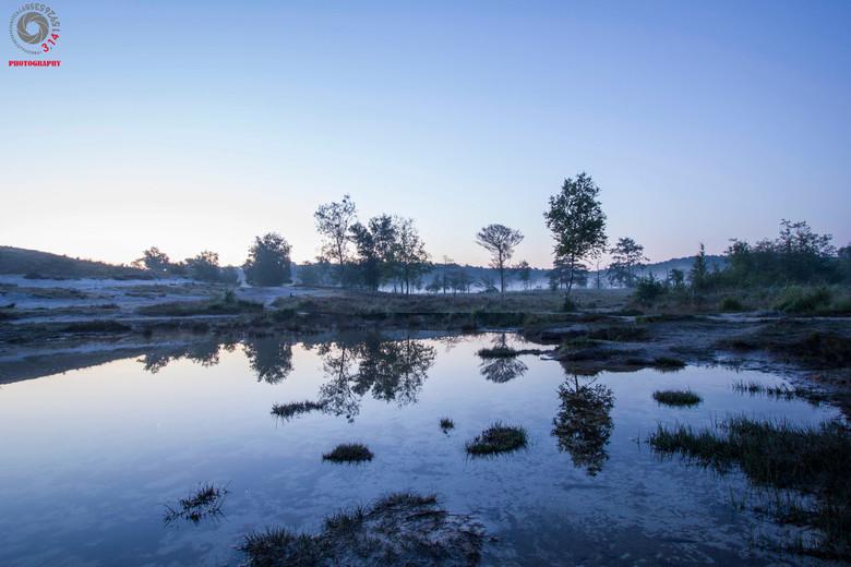 Rodebeek die toch blauw lijkt te zijn. - op een koude ochtend in September. de Rodebeek in het Blauwe uurtje.