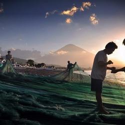 Vissers bij de vulkaan