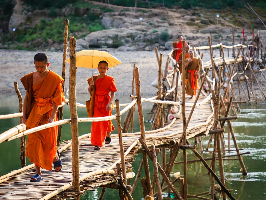 Monniken op weg naar huis