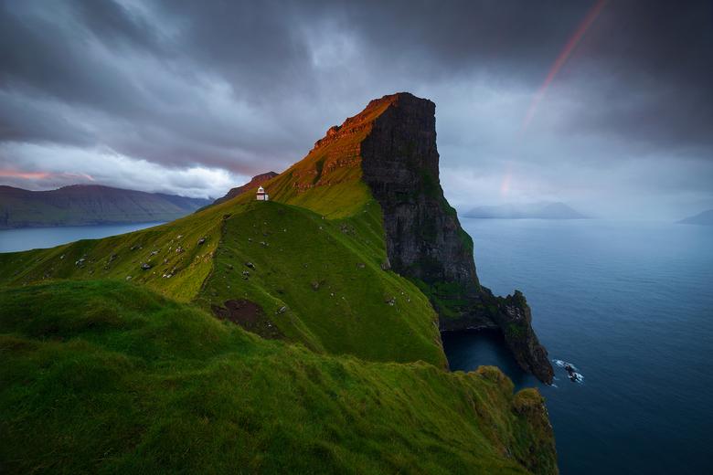 Kallur vuurtoren bij zonsopgang - Een prachtige zonsopgang (inclusief regenboog) bij de vuurtoren van Kallur. <br /> <br /> Volgens Nat Geo 1 van de