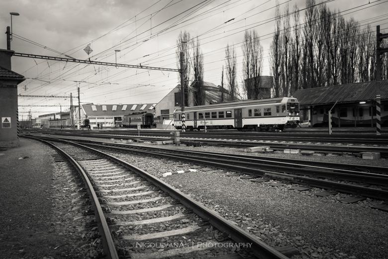 Trainstation - In het plaatsje Olomouc, Tsjechië ligt een oud spoorwegstation.  Niets is afgeschermd.  Je kunt zo het terrein aan de zijkant op.  De f