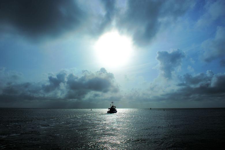 Zonsopgang in de haven - Zonsopgang in de haven van Oudeschild. De zon is een fel rond licht achter een waas. Genomen ten tijde van de vulkaan uitbars