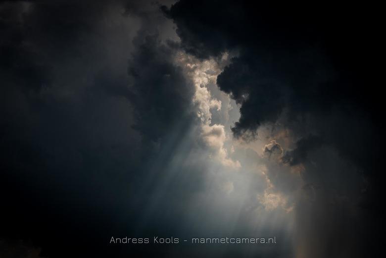 stormwolk - de laatste zonnestralen voor de storm