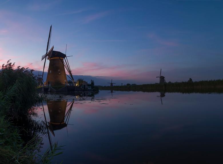 Kinderdijk verlicht 2016 - Gisteravond begon weer die ene week in Kinderdijk waarin de molens verlicht zijn en na een hele dag met dichte bewolking le