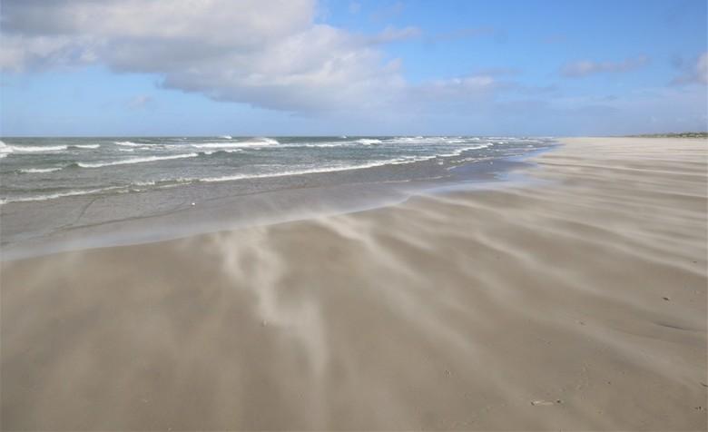 strand Terschelling - harde westenwind op Terschelling, volop genieten
