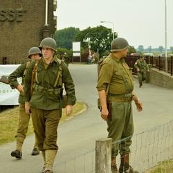 Reenactors Amerikaanse parachutisten op weg naar hun uitgangspositie.