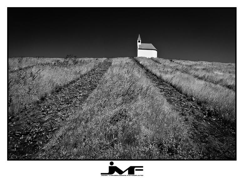 Little white church on the hill - Zaterdag was ik op zoek naar een locatie voor mijn opdrachtgever en kwam ik dit piepkleine kerkje tegen op een 12 me
