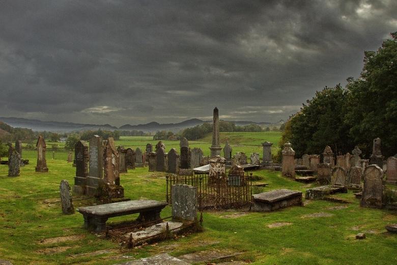 Kilmartin cemetery - Kilmartin cemetery ligt in de Schotse Highlands, niet ver van Glasgow.<br /> De dreigende regenwolken over het verlaten kerkhof