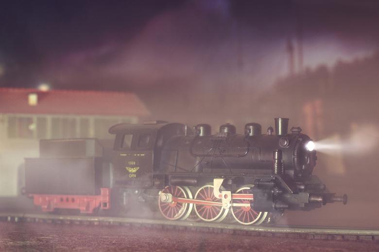 stoomtrein_1132 - Dit is foto van een oude electrische trein.<br /> De achtergrond bestaat uit een A3 kleurenafdruk en een miniatuurhuisje.<br /> De