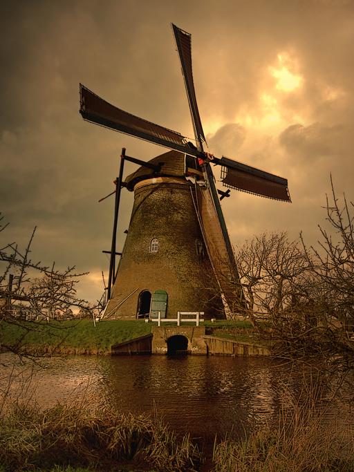Typisch Hollands - Een foto uit de omgeving Kinderdijk,<br /> voor mij o zo gewoon maar voor de toeristen zeer fraai, deze  foto is bewerkt maar dit