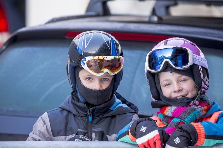Wintersport 6 - Twee andere kleinkinderen in vol ornaat bij -20.