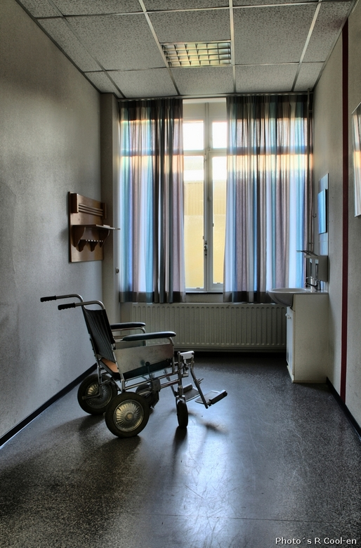 Lonely wheelchair - Verlaten ziekenhuis. Bezocht samen met evhfotografie.