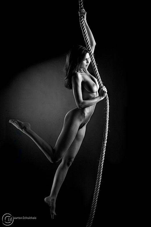 Hanging in - Het model in de studio met een touw laten spelen. Leuke shot en een model Zoi die zich heel erg goed inzette! Wat een genot om daar mee t
