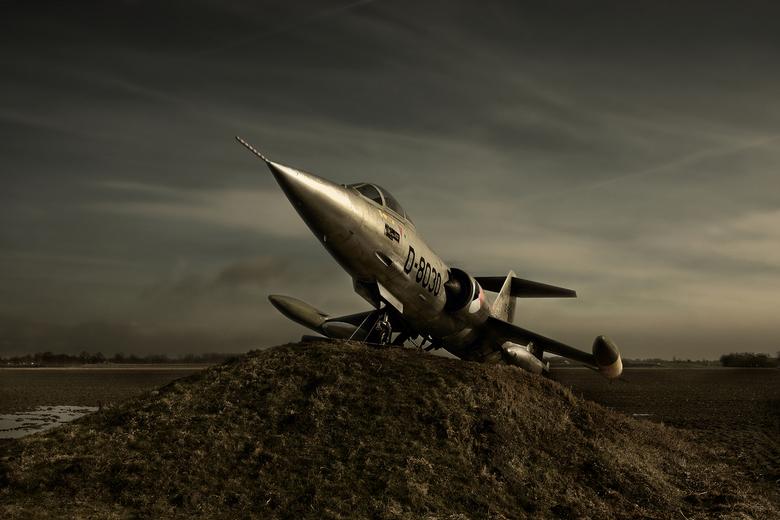 Starfighter - Ergens langs een doorgande weg  op Goeree Overflakkee heeft een boer (?) op zijn land een oude straaljager op een terp gezet. <br /> <b