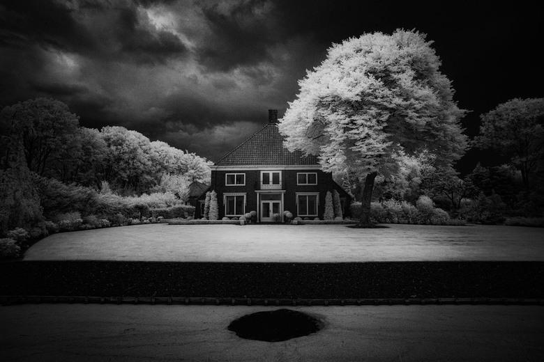 pas op voor de ..... (infrarood) - infrarood opname van huis nabij Bierum<br /> <br /> www.groningeninfrarood.nl