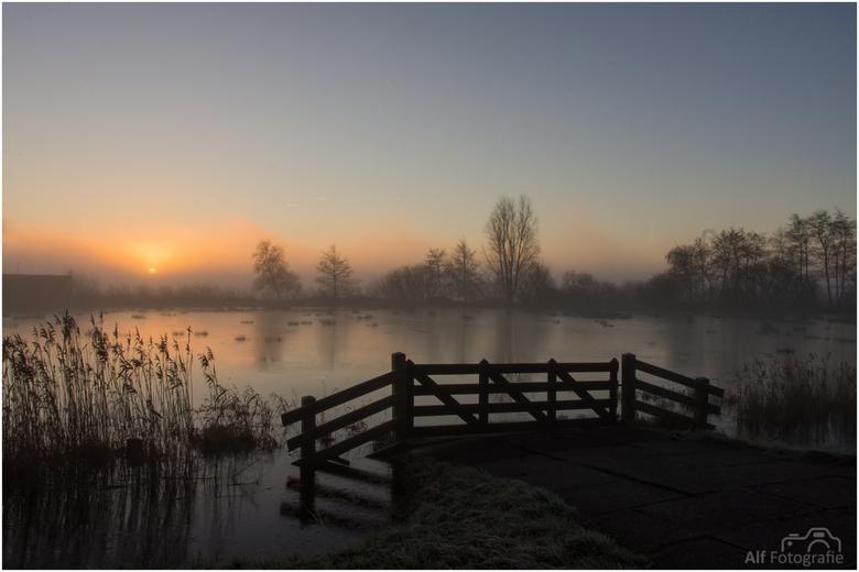 Misty morning - Zonsopkomst boven 'de Weide Ee' (Friesland) op een koude mistige morgen.