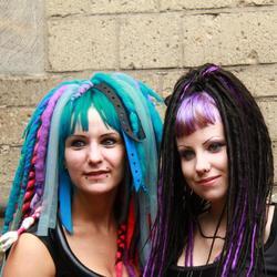 2 meiden met dreadlocks