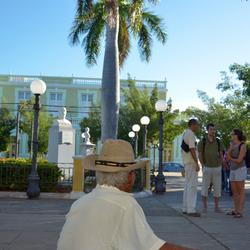 Man op het bankje in Trinidad