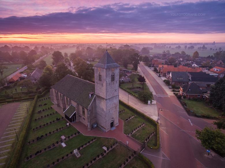 Kerk tijdens zonsopkomst.