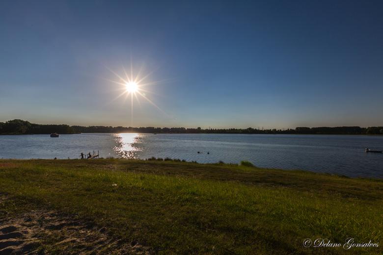 """Zon bijna onder - Een geweldig uitzicht op de plas """"de weerd"""" Roermond"""