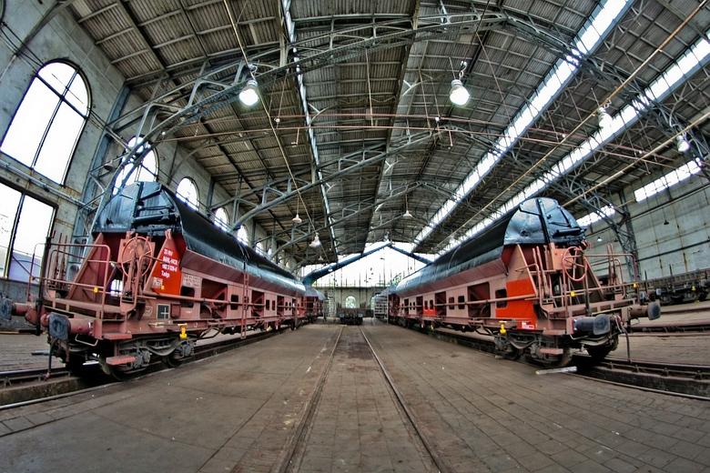 loc loods - +100 jaar oude onderhoud locomotieven loods met fraaie constructie houten planken dak en grote boogramen