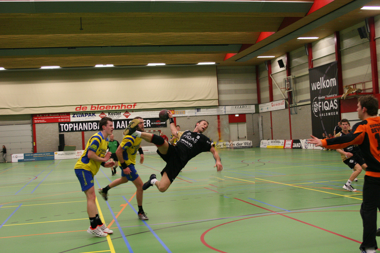 tophandbal - hierbij de enkelvoudige foto van de topcirkelloper van Aalsmeer. Om een wat andere foto in te znden, had ik in de eerste foto zijn hele a