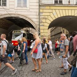 Praag - Overstekende mensen nabij de karelsbrug