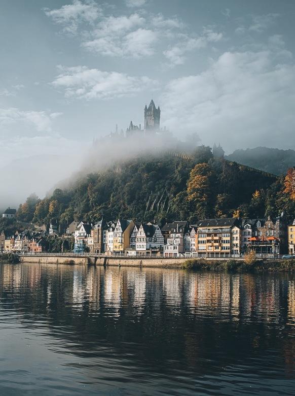 Castle in the sky. - Mistige herfst ochtend aan de Moesel.<br /> <br /> Volg me gerust op:<br /> https://www.facebook.com/ShotByCanipel/<br /> htt