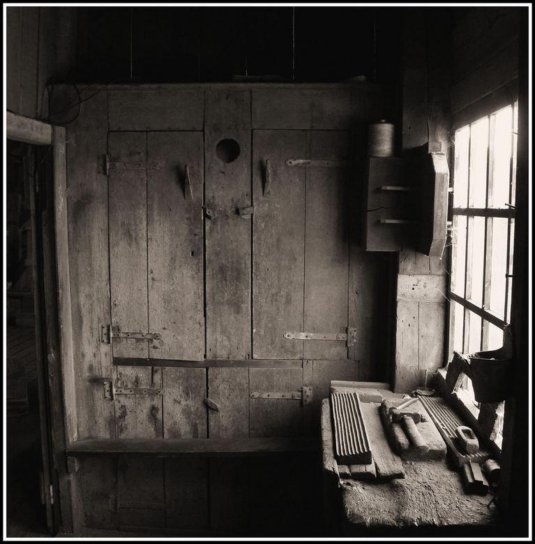 IN de molen . - Werkplaats in de papiermolen .. De Schoolmeester in koog aan de Zaan .