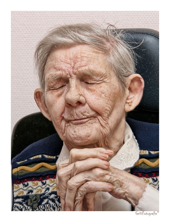 The old praying woman * - Oud dametje,...<br /> al bijna 100 jaar,<br /> doof en blind....<br /> een schat van een vrouwke,<br /> vroeger hard gew