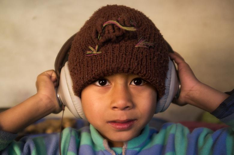 Headphone Kid - De kids in mijn weeshuis hadden nog nooit westerse muziek gehoord. Na toestemming te vragen wilde ik wel eens weten ze zouden reageren