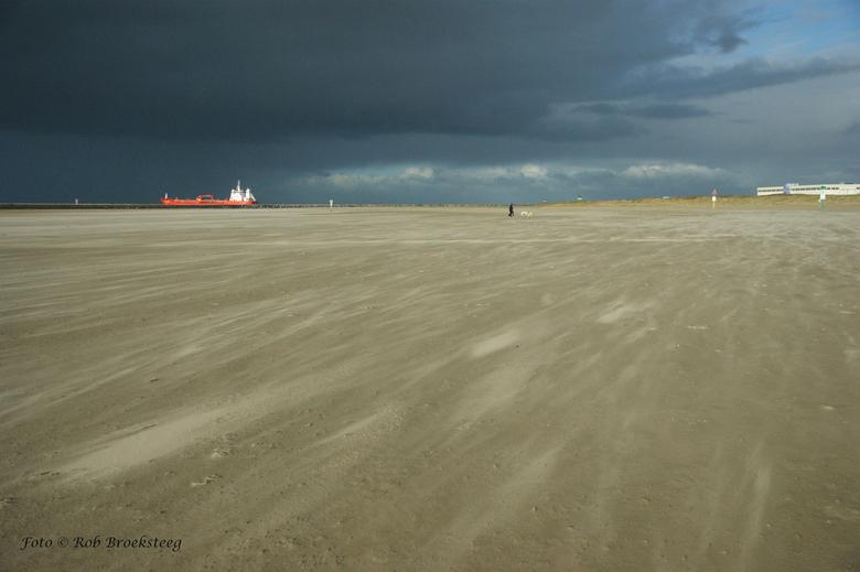windkracht  7/8 - IJmuiden op de achtergrond schip richting de zee