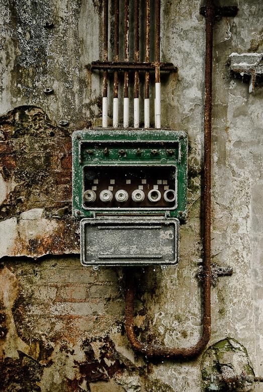 Stoppenkast op oude muur in verlaten fabriek - Stoppenkast op oude muur in verlaten fabriek