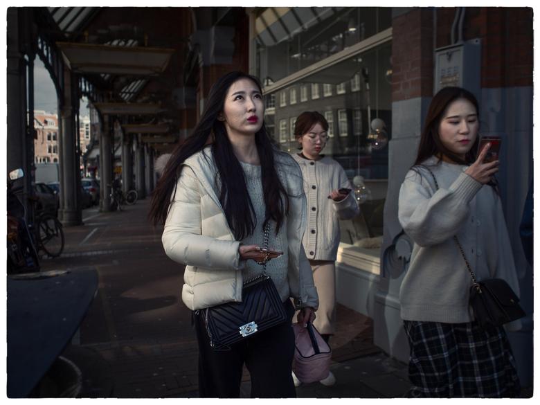 Lost generation - Inmiddels een vertrouwd straatbeeld in onze steden; drommen toeristen (ook medelanders) zich als zombies vreugdeloos voortbewegend,