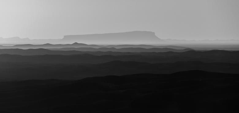 Sahara - De noordelijke Sahara in het zuiden van Marokko. De foto is gemaakt tijdens zonsondergang waardoor er rijen coulissen te zien zijn. Dit zijn