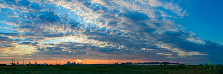 Panorama van de haven van Zeebrugge - Die avond aan de kust voor het vuurwerkfestival maar de zon die onderging achter de haven eiste voor aanvang nog