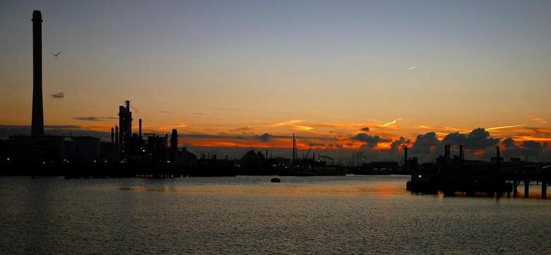 Sunset in de europoort.JPG - Sunset in de europoort.foto genomen bij de tweede petroleumhaven nabij de Benelux tunnel.