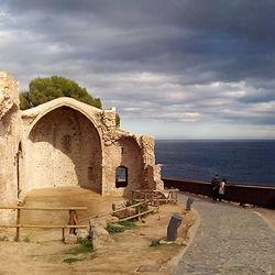 Kapel ruïne aan zee in Spanje