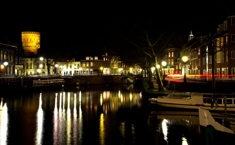 Utrecht bij nacht 2 - gezicht op de Oude Gracht met links de watertoren