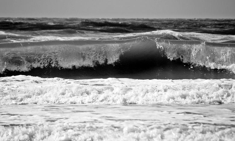 De ijskoude zee. - Met ijskoude wind, grote golven op de ijskoude zee.