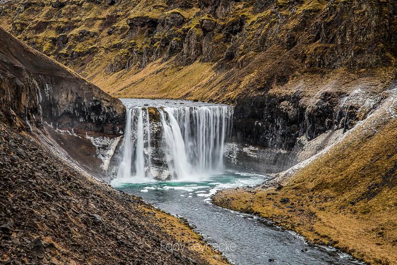 DALFOSS - Na een mooie wandeling door een kloof kwamen we uiteindelijk uit bij deze prachtige waterval.<br />  <br /> Dalfoss - Vatnsdalsa IJsland